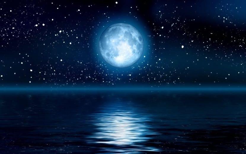 luna azul sobre el mar