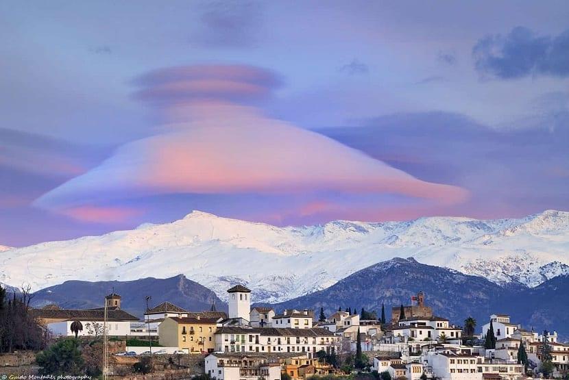Nubes lenticulares en zonas de montaña