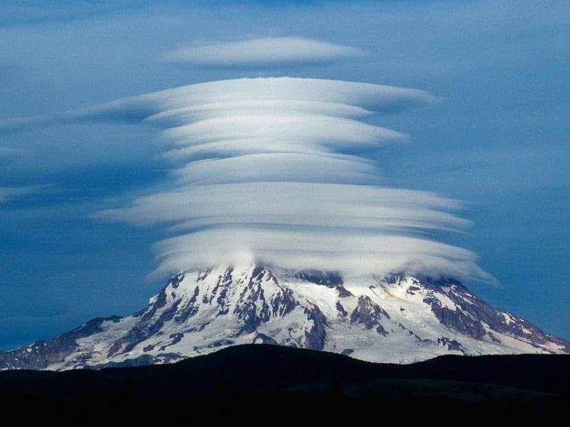 Nubes lenticulares escalondas