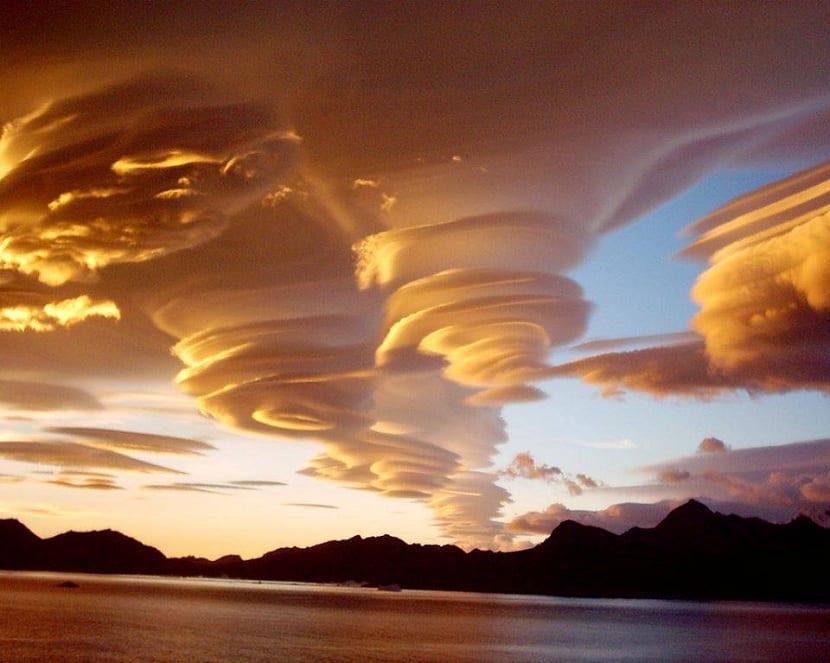 Nubes lenticulares que parecen OVNIS