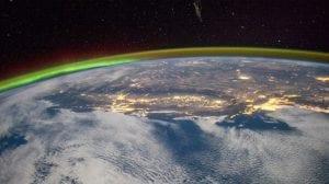 Una de las capas de la atmósfera que nos protege es la ionosfera. Se trata de una región que contiene un número elevado de átomos y moléculas que están cargados de electricidad. Estas partículas cargadas se crean gracias a la radiación que proviene del espacio exterior, principalmente de nuestra estrella el Sol. Esta radiación incide sobre los átomos neutros y las moléculas de aire que hay en la atmósfera y acaba cargándolos de electricidad. La ionosfera tiene gran importancia para el ser humano y, por ello, vamos a dedicarla este post completo. Vamos a explicarte todo lo que debes saber sobre las características, funcionamiento e importancia de la ionosfera. Características principales Mientras el Sol está brillando de forma continua, durante su actividad está generando una gran cantidad de radiación electromagnética. Dicha radiación incide en las capas de nuestro planeta, cargando los átomos y moléculas de electricidad. Una vez que todas las partículas están cargadas, se forma una capa que llamamos ionosfera. Esta capa está situada entre la mesosfera, la termosfera y la exosfera. Más o menos se puede ver que comienza a una altura de unos 50 km sobre la superficie terrestre. Aunque comience a esta altura, donde se hace más completa e importante es por encima de los 80 km. En las regiones que nos encontramos en las partes superiores de la ionosfera podemos ver cientos de kilómetros sobre la superficie que se extienden decenas de miles de kilómetros hacia el espacio se encuentra lo que denominamos magnetosfera. La magnetosfera es la capa de la atmósfera que llamamos así por su comportamiento debido al campo magnético terrestre (enlace) y la acción del Sol sobre él. La ionosfera y la magnetosfera están relacionadas por la cargas de las partículas. Una tiene cargas eléctricas y la otra cargas magnéticas. Capas de la ionosfera Como hemos mencionado antes, aunque la ionosfera comience a los 50 km, va teniendo diferentes capas según la concentración y composición de los i