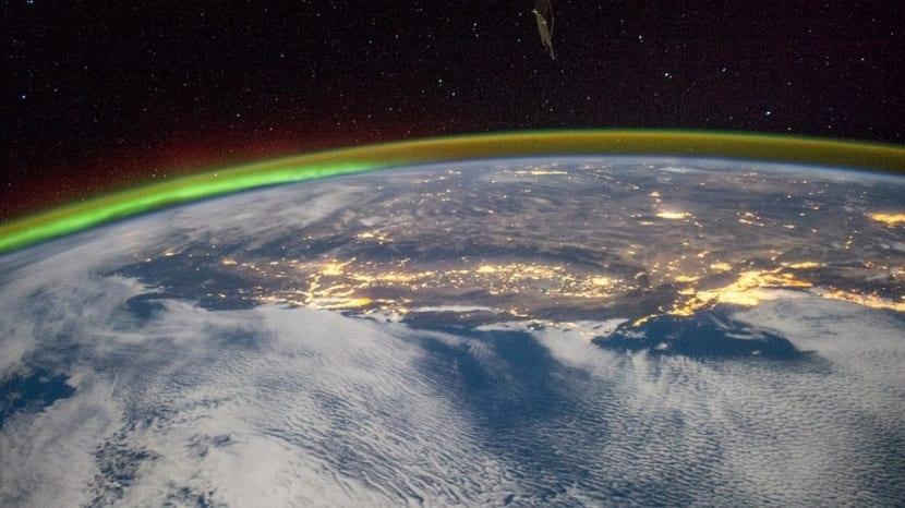 Una de las capas de la atmósfera que nos protege es la ionosfera. Se trata de una región que contiene un número elevado de átomos y moléculas que están cargados de electricidad. Estas partículas cargadas se crean gracias a la radiación que proviene del espacio exterior, principalmente de nuestra estrella el Sol. Esta radiación incide sobre los átomos neutros y las moléculas de aire que hay en la atmósfera y acaba cargándolos de electricidad. La ionosfera tiene gran importancia para el ser humano y, por ello, vamos a dedicarla este post completo. Vamos a explicarte todo lo que debes saber sobre las características, funcionamiento e importancia de la ionosfera. Características principales Mientras el Sol está brillando de forma continua, durante su actividad está generando una gran cantidad de radiación electromagnética. Dicha radiación incide en las capas de nuestro planeta, cargando los átomos y moléculas de electricidad. Una vez que todas las partículas están cargadas, se forma una capa que llamamos ionosfera. Esta capa está situada entre la mesosfera, la termosfera y la exosfera. Más o menos se puede ver que comienza a una altura de unos 50 km sobre la superficie terrestre. Aunque comience a esta altura, donde se hace más completa e importante es por encima de los 80 km. En las regiones que nos encontramos en las partes superiores de la ionosfera podemos ver cientos de kilómetros sobre la superficie que se extienden decenas de miles de kilómetros  hacia el espacio se encuentra lo que denominamos magnetosfera. La magnetosfera es la capa de la atmósfera que llamamos así por su comportamiento debido al campo magnético terrestre (enlace) y la acción del Sol sobre él.  La ionosfera y la magnetosfera están relacionadas por la cargas de las partículas. Una tiene cargas eléctricas y la otra cargas magnéticas. Capas de la ionosfera Como hemos mencionado antes, aunque la ionosfera comience a los 50 km, va teniendo diferentes capas según la concentración y composición de los