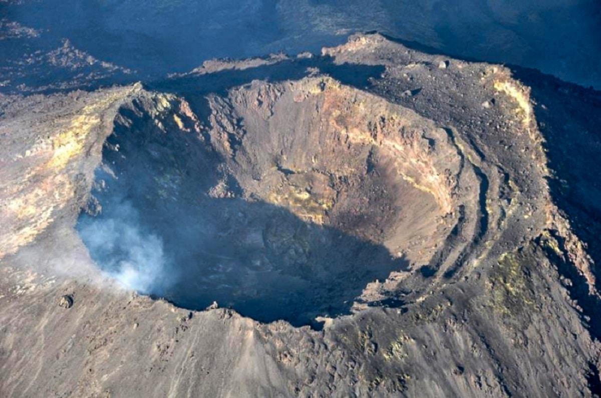 partes de un volcan crater