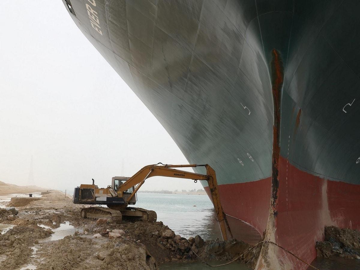 buque atascado en el canal de suez