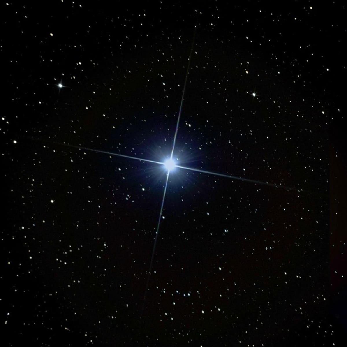 estrella brillante en el cielo nocturno