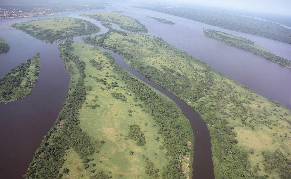 rio con mucha agua